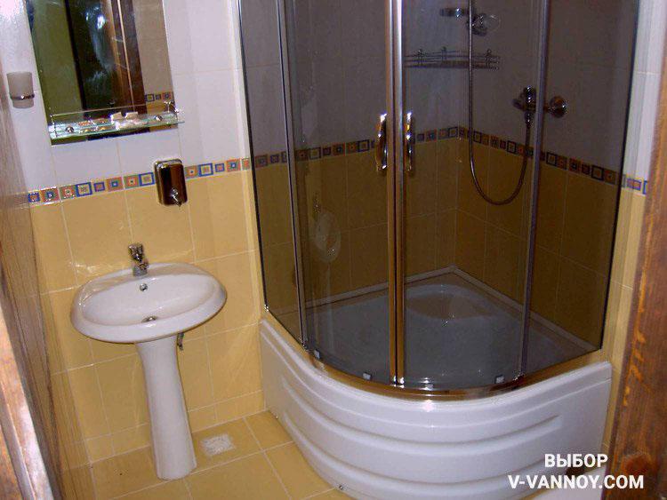 В тесной комнате лучше заменить ванну на душевую кабину. Таким образом вы сэкономите достаточно много места.