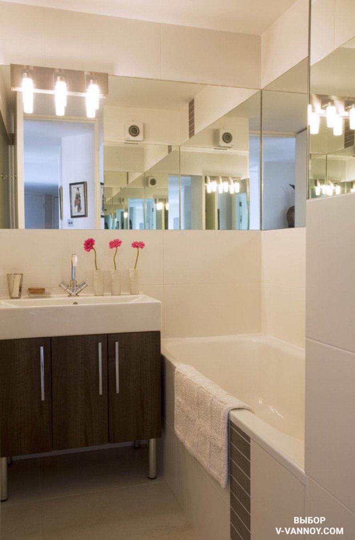 Геометрию санузла повторяет зеркальная полоса. Светлая отделка, отражения и световые блики создают иллюзию простора, умножая квадратуру.