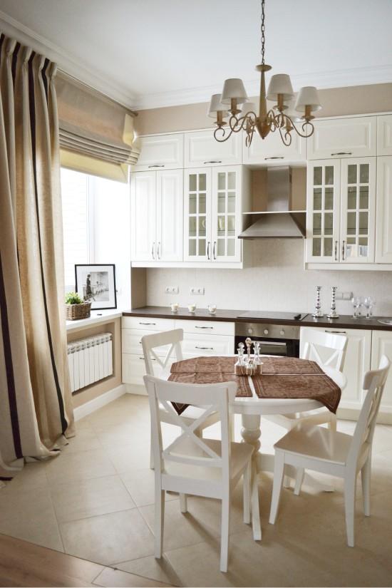 Кухня со светло-бежевой напольной плиткой