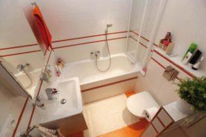 Белая ванная с яркими акцентами
