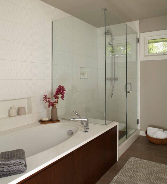 небольшая ванная с душевой кабинки