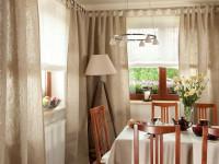 Как красиво повесить шторы на кухне — фото