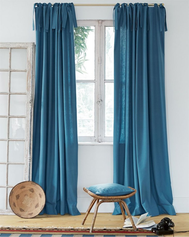окно с длинными синими шторами фото содержит топ