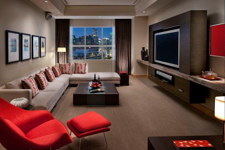 Шкаф в гостиную размером во всю стену 47 фото большие зеркальные модели с телевизором для зала и спальни